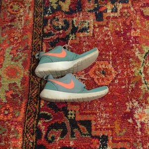 Women's size 7 Nike Roshe Run